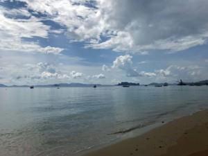 Thailand | Krabi, Tubkaek bzw. Tub Kaek Beach. Panorama am Strand mit Longtail-Booten und Kreidefelsen aus Kalkstein bei blauem Himmel