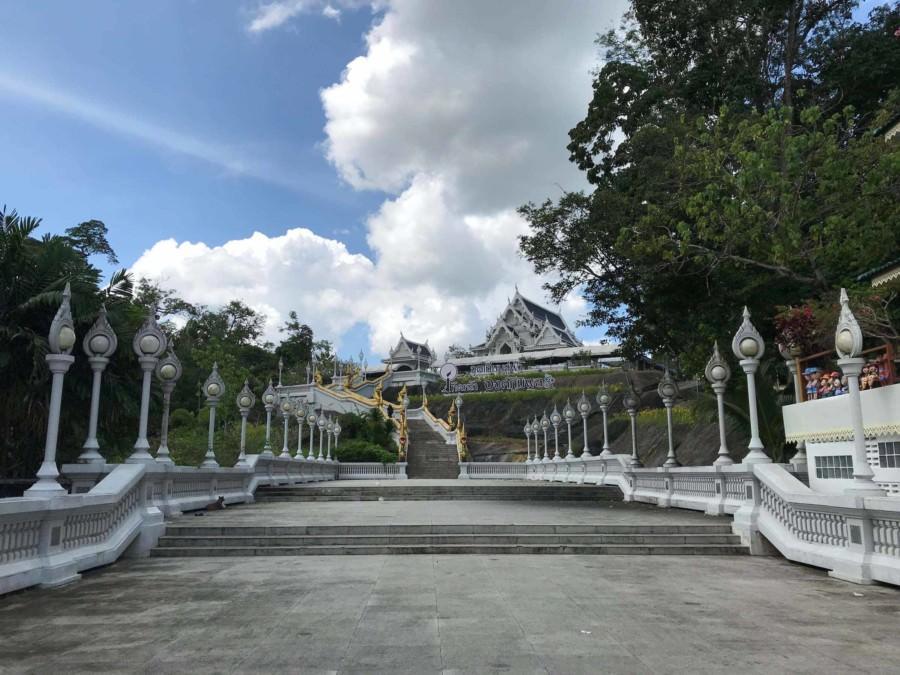 Thailand | Krabi, Wat Kaew Ko Wararam, Stufen die hinauf zur Temepelanlage direkt in Krabi Town führen