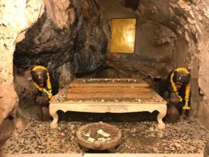 Thailand | Im Opferstelle im Inneren des Tiger Cave Tempel, auch Wat Tham Sua genannt. Münzen und Geldscheine auf einem Tisch, zwei Tiger die alles bewachen