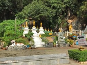 Thailand | Startpunkt im Tempel Wat Tham Sua zum Aufstieg auf den Berg. Weiße Stufen führen auf den Berg durch sattgrünen Urwald