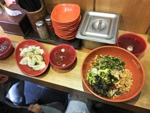 Einer unserer Tipps ist Südkoreanisches Essen: links Dumplings, rechts Bibimbap, Schalen mit Essen
