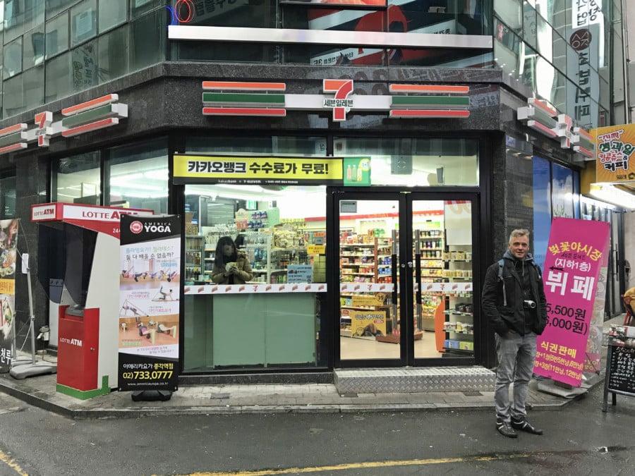 Südkorea | Convenience-Store 7-Eleven in Seoul. Henning steht vor dem Eingang zum Supermarkt