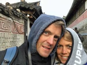 Selfie im Bukchon Hanok Village. Karin & Henning vor traditionellen Häusern