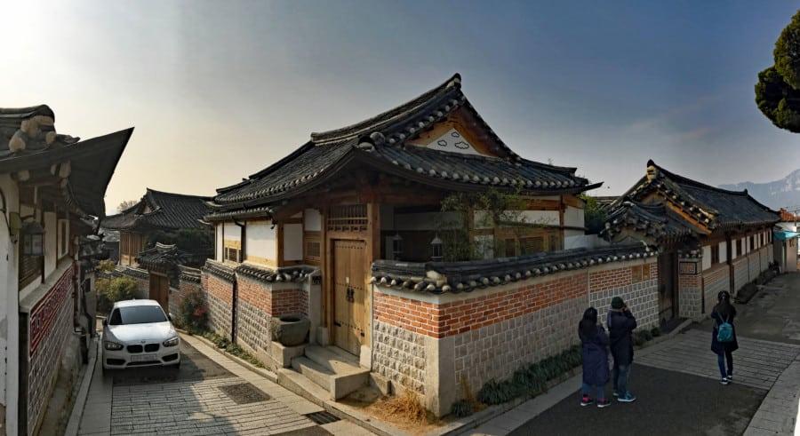 Südkorea | Seoul, Panorama im Stadtteil Bukchon Hanok Village. Blick auf die traditionellen Häuser bei blauem Himmel
