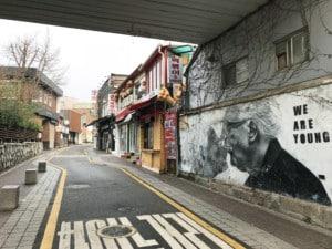Weg von Insadong ins Bukchon Hanok Village. Blick auf die Straße mit einem Graffiti an der Wand