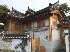 Top-Sehenswürdigkeiten interessante Orte gibt es viele. Hier ein traditionelles Haus im Bukchon Hanok Village