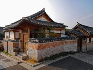 Südkorea | Seoul traditionelles Bukchon Hanok Haus. Besonderes Bauweise mit spitzem Dach aus Holz und Stein