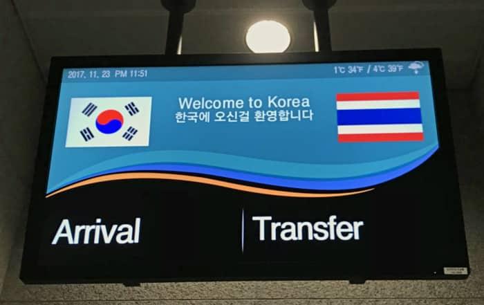 Südkorea   Ankunft am Flughafen: Seoul Incheon Airport. Blick auf die Anzeigentafel mit Willkommensgruß