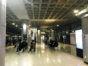 Südkorea | Seoul Flughafen Incheon: An- und Abfahrt des AREX-Express-Zug. Blick auf die Station und wartende Gäste