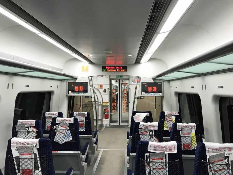 Südkorea | Seoul-Fortbewegung: AREX-Express-Zug zum Flughafen Incheon ICN von innen. Blick auf die Stühle in der Bahn