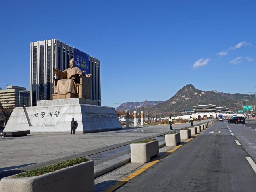 Südkorea | Seoul, Statue des König Sejong am Gwanghwamun Square bei blauem Himmel