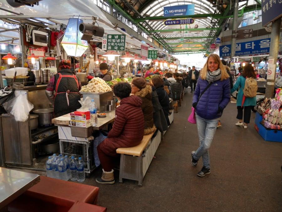 Südkorea | ein Muss in Seoul: der Gwangjang Market. Karin inmitten der Stände in der Markthalle