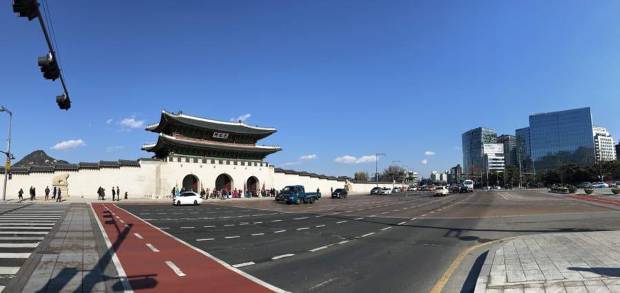 Südkorea | Seoul, Panorama vom Gwanghwamun Plaza auf den Eingang des Gyeongbokgung Palast und die moderne Stadt