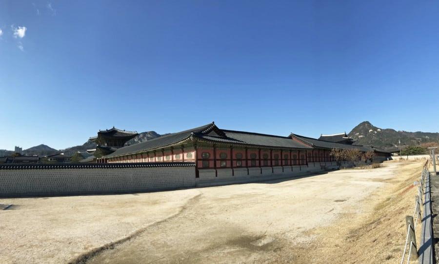 Südkorea | Seoul, das Gelände rund um den Gyeongbokgung Palast ist riesig. Blick auf den Innenhof bei blauem Himmel