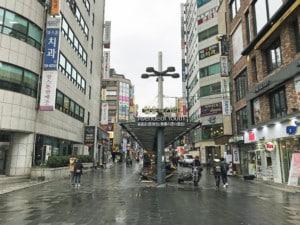 Südkorea | Seoul, Avenue-of-Youth in Insadong. Blick auf die Straße der Jugend mit kleinen Shops