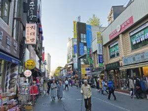 Südkorea | Seoul, Shopping-Straße im Stadtteil Insadong. Blick auf die Straße mit bunten Shops ein Menschen beim Einkaufen