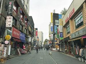 Interessante Orte: typische Souvenir-Shops in Insadong. Blick auf die Straße und einige Touristen beim einkaufen in kleines Läden