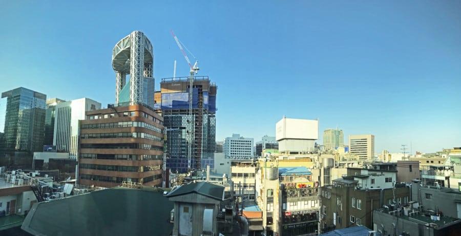 Südkorea | Seoul, über den Dächern im Stadtteil Insadong. Blick aus unserem Airbnb-Apartment auf Wolkenkratzer bei blauem Himmel