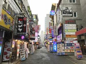 Südkorea | Seoul, Restaurants & Bars im Stadtteil Insadong. Bunte blinkende Leuchtreklame vor den Eingängen