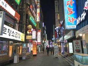 Südkorea | Seoul, im Stadtteil Jongno-gu sind viele Restaurants & Bars. Bunte Leuchtreklame mit Schriftzeichen an den Eingängen der Läden