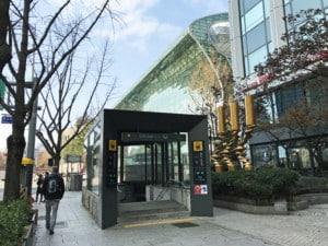 Südkorea | Fortbewegung in Seoul: Eingang zur Metro-Station City Hall um mit der Bahn zu fahren
