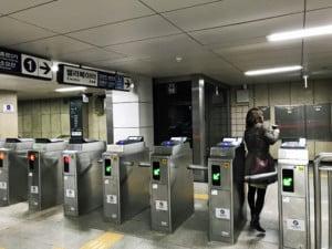 Südkorea | SeoulFortbewegung: Typischer Eingang zur Metro, um mit der Bahn zu fahren. Drehkreuze mit Scanner des Tickets