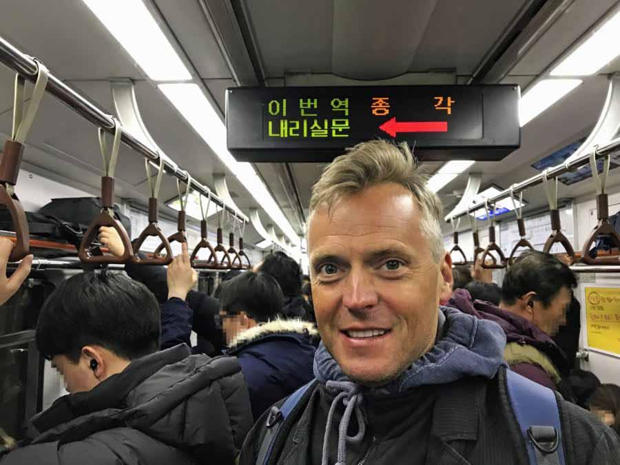 Südkorea | Seoul-Guide & Fortbewegung-Tipps: Henning inmitten der Einheimischen in der Metro beim Bahn fahren