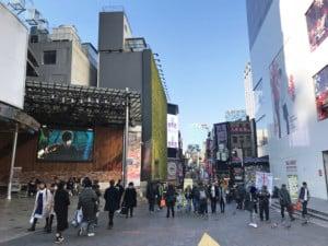 Südkorea | Seoul-Guide: Myeongdong Shopping-Straße. Blick auf Menschen und Läden mit bunten Plakaten