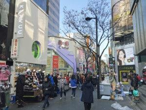 Interessante Orte in Seoul: Shopping-Street im Stadtteil Myeongdong. Zahlreiche Menschen beim Einkaufen zwischen einzelnen Shops