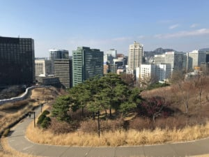 Südkorea | Seoul, Blick vom N-Seoul Tower auf das moderne Stadtzentrum mit Hochhäusern bei blauem Himmel