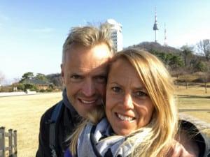 Südkorea | Seoul, ein Spaziergang zum N-Seoul Tower lohnt sich. Karin & Henning mit dem Turm im HIntergrund