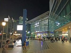 Der Bahnhof Seoul Station. Blick auf den Eingang und die Lichter bei Nacht
