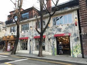 Südkorea | Seoul, Straße Samcheongdong im Künstlerviertel. Blick auf eine bemaltes Haus