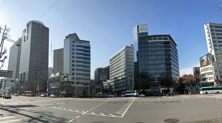 Südkorea | Seoul, das moderne Zentrum. Panorama auf die Hochhäuser bei blauem Himmel