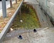 Warte nicht bis Du keine Zeit mehr zu warten hast: Schuhe vor Pfütze auf der Straße