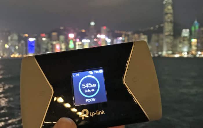 Test TP-Link M7650 | Bild des WiFi-Router vor der Skyline Hongkongs