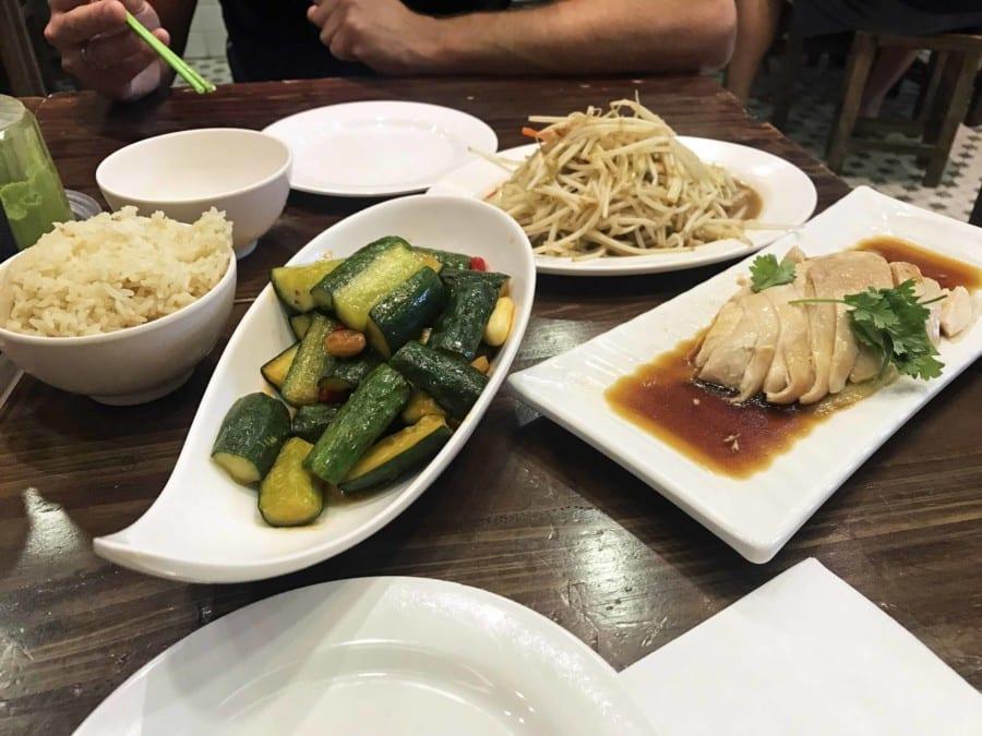 Typische Gerichte: Hainanese oder Hainese Chicken mit Gurken, Sprossen und Reis