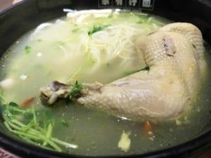 Typische Gerichte in China: Klassische Nudelsuppe mit Huhn