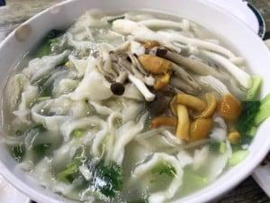 Essen in China: Nudeln in Brühe als Beilage