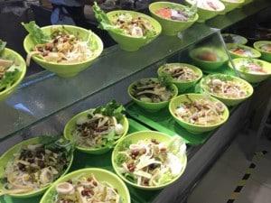 Gerichte essen: Nudelsuppen gibt es in vielen Variationen. Schalen mit verschiedenen Zutaten