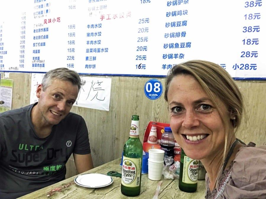 Essen in einem kleines einheimischen Restaurant in Peking