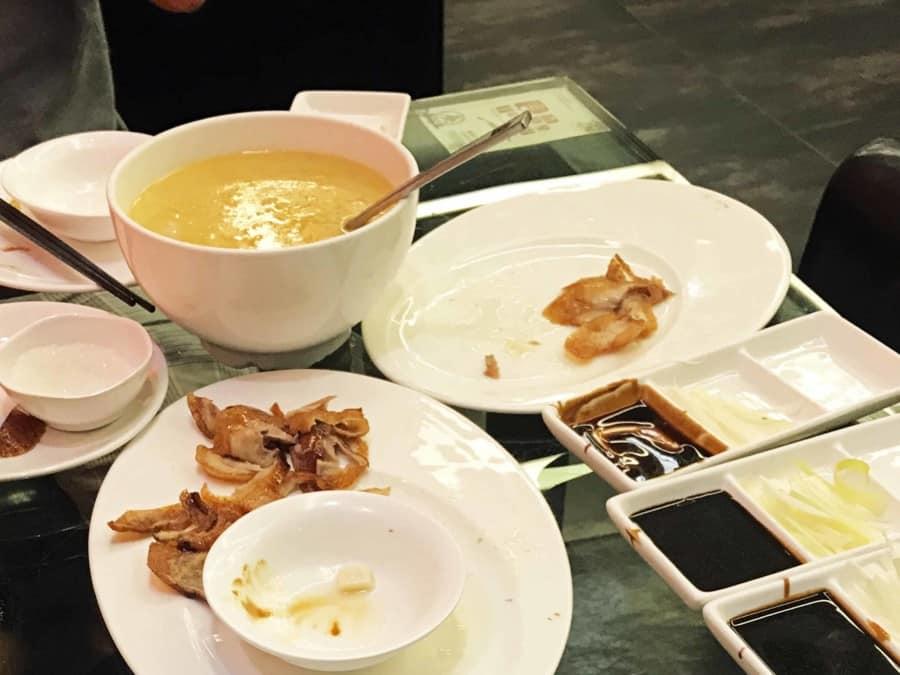 Zum Schluss gibt es Suppe beim Essen einer Peking Ente