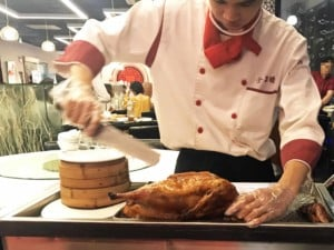 Essen in China: Pekingente fachmännisch tranchiert