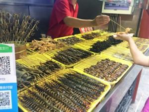 Flughund, Seesterne, Tausendfüßler & Co. sind typische Street Food Spieße