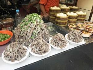 Innereien sind in China Delikatesse. Sowohl als Street Food als auch im Restaurant. Hier als Suppe mit Innereien in der Wangfujing Snack Street in Peking