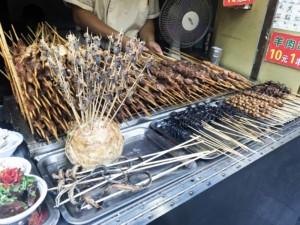 Lebende Skorpione am Spieß werden gegrillt und als Street Food Gericht verkauft