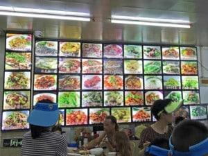 Gerichte in China in einem einfachen typischen Restaurant mit der Speisekarte in Bildern