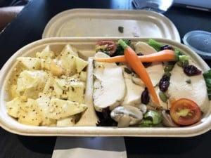 Eine leckere Alternative sind Salate im Viertel French Concession in Shanghai. Bunter Salat mit Hühnchen und Kartoffelsalat