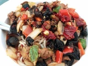 Essen in China: Nudeln mit Gemüse, vegetarisch und scharf