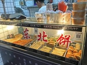 Street Food essen in China: Verschiedene typische Gerichte